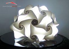 Abatjour, lampada design moderno La trovi qui: http://www.lampadesign.com/scheda.php?id=34  I Mini Puffo sono lampade moderno da comò colorate  che donano grazia e armonia all'ambiente  Posizionate su un comodino creano un'illuminazione  perfetta per la lettura e allo stesso tempo un ambiente comodo  per il piacere e il relax!  Scegli i colori che più ti piacciono e te la costruiremo come tu la desideri
