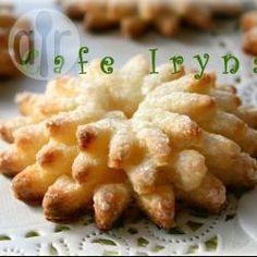 Творожное печенье Красивое Порций: 10 600 г плотного творога 180 г мягкого масла 1 стакан (250 мл) муки (может уйти чуть больше) 1 яйцо 4-5 ст.л. сахара