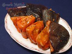 Zeytinyağlı Kuru Dolma Tarifi - Malzemeler : 10 adet kuru patlıcan, 10 adet kuru biber, 1 su bardağı pirinç, 1 adet büyük boy soğan, 4-5 yemek kaşığı zeytinyağ, 2 yemek kaşığı domates salçası, 1 yemek kaşığı biber salçası, Tuz, Karabiber, Nane, Pul biber, 3 yemek kaşığı nar ekşisi.