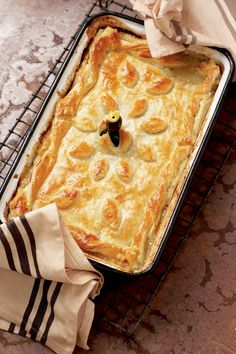 Hoenderpastei, Ek hou van myne met 'n lekker sous – dis veral perfek as jy dit saam met rys voorsit South African Dishes, South African Recipes, Tart Recipes, Dessert Recipes, Cooking Recipes, Duck Recipes, Oven Recipes, Bread Recipes, Kos