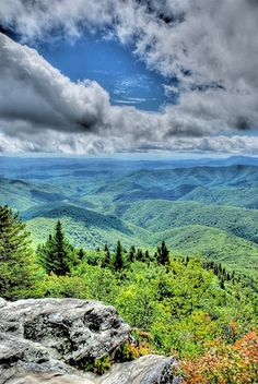 The Devil's Courthouse has a moderate/strenuous trail climbing a half mile to its peak where panoramic views can be seen.This is the view from Devil's Courthouse which is in Blue Ridge Parkway near Asheville, North Carolina, USA Dream Vacations, Vacation Spots, Places To Travel, Places To See, Beautiful World, Beautiful Places, Natur Wallpaper, Flora, Beau Site