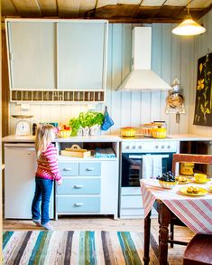 Kjøkkenet er ferdig og kan tas i bruk. Overskapet med krydderhyller er praktisk, også i dag. Det samme er den gamle lokkhylla som henger ved komfyren. Det skrå overskapet har tre hyller og rommer mye. Også taklampene på kjøkkenet er gamle, som skomakerlampa oppe til høyre.