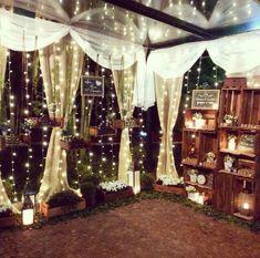 decoração com palets, lousa e cortina de luzinha para casamento rústico