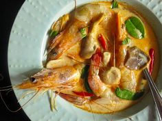 After making a passing reference to creamy Tom Yam Kung earlier, people have been asking She Shimmers to talk more about this newer variation of Tom Yam which has taken Bangkok by storm in the last several years. Purists, as you may have guessed, are less than thrilled. (Dairy in a traditional savory Thai dish = anathema.)