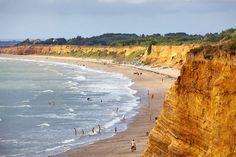 La plage de la Mine d'Or, située sur la commune de Pénestin, est remarquable à plus d'un titre. A quelques kilomètres de l'embouchure de la Vilaine, le plus grand fleuve Breton, à l'extrême sud-est de la Bretagne, la plage de la Mine d'Or est entourée par de superbes falaises de couleur ocre. Son nom provient d'une ancienne mine d'or exploitée dans les falaises durant le XIXème siècle !