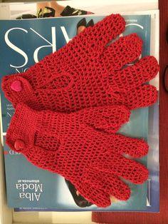 Handschuhe gehäkelt.