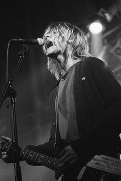 Kurt Cobain de Nirvana lors d'un concert à Amsterdam le 25 novembre 1991 Nirvana Kurt Cobain, Kurt Cobain Style, Kurt Cobain Photos, Scott Weiland, Courtney Love, Grunge Style, Neo Grunge, Soft Grunge, Kurt Corbain