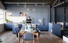 cuisine bleu gris mate de design moderne et table de salle à manger en bois massif