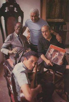 Foto Ícaro _ n. 47 _ 1988: Pixinguinha, Dorival Caymmi, Baden Powell e Vinicius de Moraes, este segurando um LP de Tom Jobim