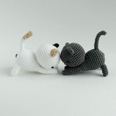 These are Shadow and Dottie from Neko Atsume! Free pattern to crochet these adorable cats :)