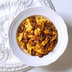 Tagliatelle Bolognese, the Traditional Recipe - La Cucina Italiana - Lotta Ell Italian Dishes, Italian Recipes, Torrone Recipe, Ribbon Pasta, Tagliatelle Pasta, Ragu Recipe, Beef Salad, Meat Sauce, Italian Cooking