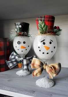 Make some adorable wine glass snowmen for winter decor in your home! It's a fun craft that kids and adults can do for Christmas time. Next time i'd probably put a string of fairy lights inside to ligh Christmas Toilet Paper, Christmas Wine, Diy Christmas Ornaments, Diy Christmas Gifts, Christmas Trees, Glitter Ornaments, Homemade Christmas, Christmas Decorations, Snowman Crafts