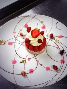 assiette gastronomique, tartine aux fraises bien arrangée