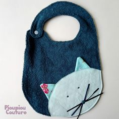 Original cat bib em esponja com snap: Baby Fashion por pioupiou -. Baby Couture, Couture Sewing, Baby Sewing Projects, Sewing For Kids, Cute Dog Toys, Diy Bebe, Bib Pattern, Baby Towel, Sewing For Beginners