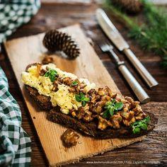 Eierschwammerl-Bruschetta Bruschetta, Butcher Block Cutting Board, Dips, Health Fitness, Eat, Desserts, Recipes, Food, September