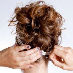 Envie d'une touche méditerranéenne pour faire pétiller votre coiffure ? Si oui, vous allez définitivement craquer pour cette coiffure grecque, ultra facile à faire avec notre tuto...