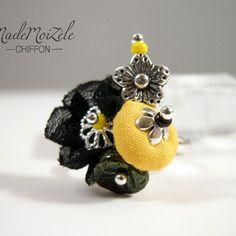 Bague perles en tissus et breloque fleurs, jaune, noir, vert, kaki ; métal argenté et verre