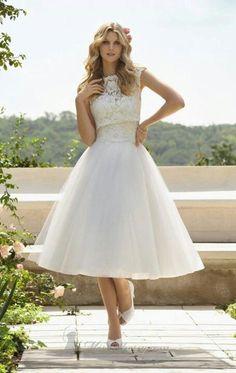 Segundo vestido de novia con falda de vuelo y cuello de barco