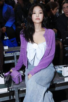 BLACKPINK Jennie attended CHANEL Show at Paris Fashion Week on Tueday, October She was sitting at the front row next to Cardi B and Anna Wintour Blackpink Fashion, Paris Fashion, Korean Fashion, Fashion Show, Kim Jennie, Lisa, Blackpink Icons, Look Cool, Korean Girl