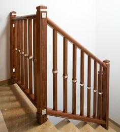 Barandilla de madera. Montantes de 70x70, pasamano y zócalo de 60x50, y balaustrada de madera con detalle en acero.  http://www.barandillasprecios.com/barandillas/barandillas-interiores/madera2012-10-01-20-53-27/madera-f5-detail
