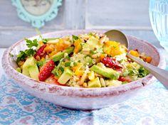 Unser beliebtes Rezept für Couscoussalat mit Avocado und Erdbeeren und mehr als 55.000 weitere kostenlose Rezepte auf LECKER.de.