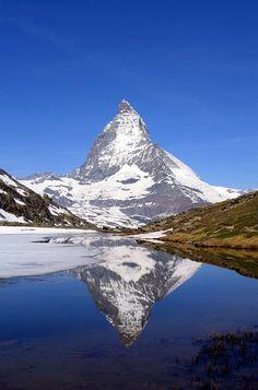Matterhorn peilautuu Riffelsee-järvestä.