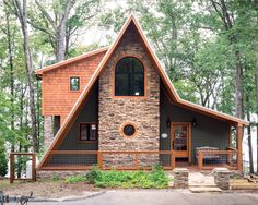 A frame cabin with stone details on facade - Home Decorating Trends - Homedit Haus Am See, Design Exterior, Cabin Design, Deck Design, Cabins And Cottages, Cabin Homes, Cabins In The Woods, My Dream Home, Future House