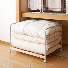 クローゼットに上手に収納!布団を賢く収納する方法 キャスター付きの台を使う