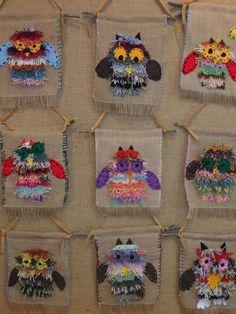 burlap and yarn owl Weaving For Kids, Weaving Art, Weaving Textiles, Fall Art Projects, 4th Grade Art, Weaving Projects, Art Lessons Elementary, Art Classroom, Art Plastique