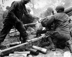 Des artilleurs américains tirent au canon HM3 105mm d'une Canon Co d'un des 3 régiments d'infanterie d'une division d'infanterie US probablement ici la 4th ID soit : 8th, 12th ou 22nd IR.