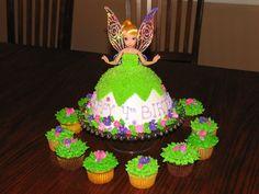 Torta Muñeca con cupcakes alrededor con buttercream tono verde decorados con florecitas