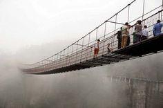 Üvegpadlós függőhíd Kínai délkeleti tartományában, Hunanban, Pingjiang megyében épült fel az a 300 méter hosszú üvegpadlós függőhíd, mely egy 180 méter mély völgy felett vezet át. A félelmetes látvány mellett a híd lengése is ijesztő lehet, ugyanis ha fúj a szél, a híd mozogni kezd. Akik át mernek menni rajta, azoknak bizonyára különleges élményben lehet részük.