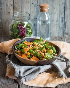 Cashewkermalla maustettua pastaa, pestokikherneitä ja rapeaa parsakaalia. Helppo ja hyvä lounassalaatti on tässä! Salaattilinjalla jatketaan tänäänkin, mutta nyt kulhoon päätyi itse tehdyssä…