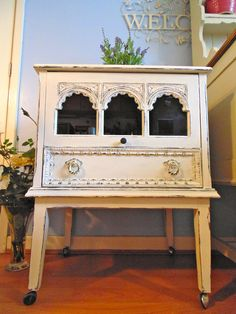 Old Charm Vintage TV Unit with a difference, Painted in Annie Sloan Old White & Distressed.