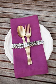 Quick & Chic Napkin Ring DIY: Wrap a sequin band from a craft or fabric store around cutlery and napkin for instant chicness. could use some other kind of fabric as well. this is a great idea!