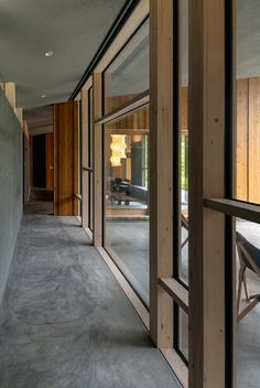 A pattern play of asymmetrical window frames defines the home's central corridor. Clerestory windows allow sunlight to reach the bedrooms on the left. #dwell #japanesedesign #vacationhomes #moderndesign #concretefloors Shoji Screen, Window Detail, Modern Hallway, Clerestory Windows, Modern Windows, River House, Window Frames, Japanese House, Hallway Decorating