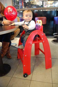 Jules, au restaurant Mcdonald's, installé dans sa Happy Baby chair. #babychair #chaisehaute #mcdonalds #restaurant