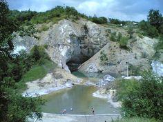 Grota Miresei, Muntele de sare, Slanic Prahova. Numele de Grota Miresei a aparut dupa anul 1920, cand, la patru zile dupa nunta, o localnica s-a sinucis, aruncandu-se din varful muntelui de sare. Muntele de sare a fost declarat rezervatie si monument al naturii. Acest munte miniatural modelat de apa ploilor in sare se extinde pe o suprafata de 2 hectare.