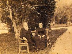 Dom Pedro II e dona Teresa Cristina nos jardins do Palácio Imperial de Petrópolis, c. 1888