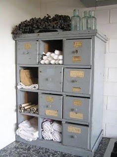 Blue cabinet, ook de kastjes waar een laatje ontbreekt worden gewoon gebruikt.