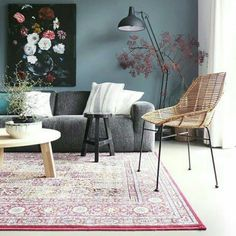 De kleur op de muur, de combinatie met het kunstwerk en de grijze bank.