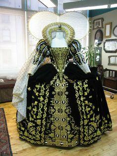 "Tudor Costume — Elizabeth I's Black Gown (""The Lost Colony"" at. Elizabethan Costume, Elizabethan Fashion, Tudor Fashion, Elizabethan Era, Tudor Dress, Medieval Dress, Mode Renaissance, Costume Renaissance, Renaissance Fashion"