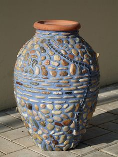 amphora sea stones and tiles. Good idea for clay plant pots too. Mosaic Planters, Mosaic Garden Art, Mosaic Flower Pots, Mosaic Vase, Pebble Mosaic, Stone Mosaic, Pebble Art, Mosaic Tiles, Mosaics
