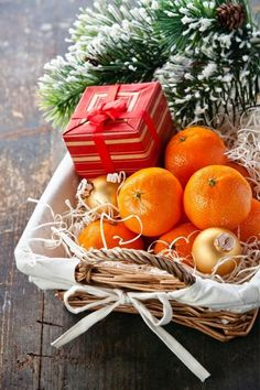 How to Create Holiday Gift Baskets for Clients - Magnets USA Magical Christmas, Christmas Mood, Christmas Colors, All Things Christmas, Christmas Themes, Christmas Bulbs, Christmas Decorations, Christmas Oranges, Christmas Vignette