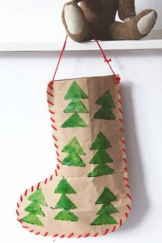 How to make a Christmas Stocking with recycled materials crafts recycled materials A very green Christmas DIY (intro) Preschool Christmas, Christmas Activities, Christmas Crafts For Kids, Christmas Themes, Holiday Crafts, Christmas Origami, Christmas Bags, Christmas Paper, Christmas Stockings