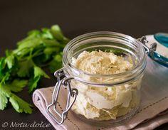 La crema di tofu spalmabile è un formaggio vegano spalmabile ricavato dal tofu in panetto, ottimo per realizzare tartine o farcire panini