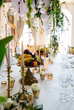 Styled Shooting Hochzeit im Schloss Leopoldskron Hula, Table Settings, Table Decorations, Beautiful, Weddings, Furniture, Home Decor, Style, Floral Headdress