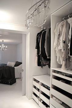 Garderobeløsninger og walk-in closet – Wardrobe Room, Wardrobe Drawers, Glam Closet, Butterfly Room, Walking Closet, Wardrobe Design, Organizing Your Home, Home Bedroom, Master Bedroom