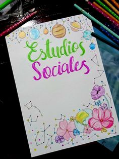 Carátula para estudios Sociales, flores planetas. Constelaciones Diy Notebook, Decorate Notebook, Project Cover Page, Front Page Design, Kawaii Disney, Writing Fonts, Bullet Journal School, Pretty Notes, Cover Pages