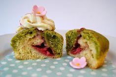 Matcha-Erdbeer-Cupcakes mit Kokoscreme-Frosting